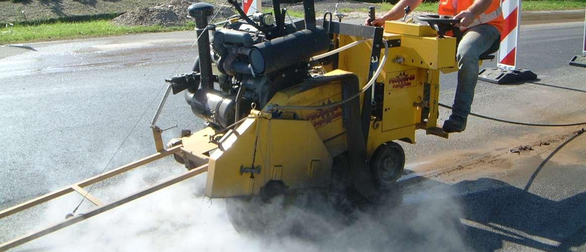asfaltzagen met asfaltzaagmachine